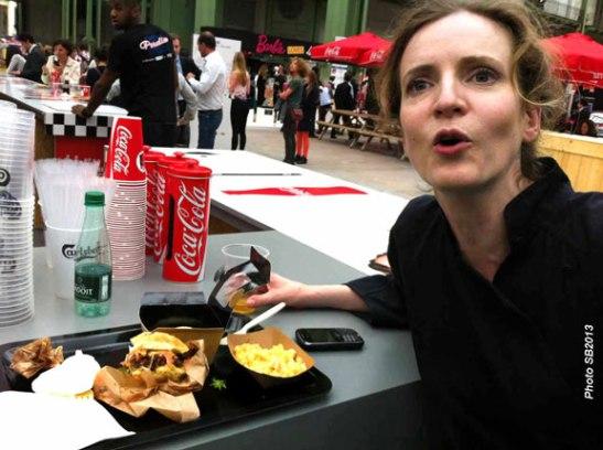 NKM déguste un burger à l'inauguration de l'expo Cinéma Paradiso au Grand Palais